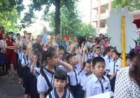 Học sinh lớp 1 mếu máo, bỡ ngỡ ngày đầu tựu trường
