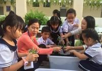 Trẻ tiểu học 'thay áo' cho rác thải tái chế