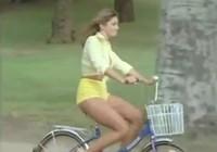Cô gái xinh đẹp đạp xe dạo phố khiến đàn ông gặp nguy hiểm