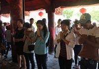 Hàng nghìn sĩ tử vào Văn Miếu cầu may trước kỳ thi