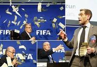 Hài hước: Sepp Blatter bị ném cả xấp đôla 'âm phủ' vào mặt