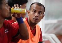 HLV Kiatisak giận học trò vì trốn không đá với Việt Nam