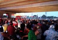 Người dân trú mưa, giao thông ùn tắc