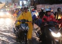 Mưa lớn kèm gió giật mạnh, Sài Gòn lại ngập nặng