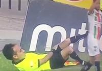 Hài hước: Cầu thủ bị đuổi vì bị trọng tài giở trò… ăn vạ