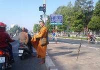 'Sư' giả tiếp tục rầm rộ xuống phố Biên Hòa