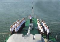 Hải quân cứu hộ hàng trăm người trên biển