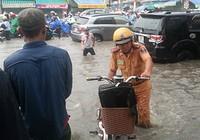 Cảnh sát giao thông Biên Hòa giúp dân trong cơn mưa lớn