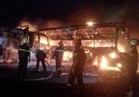 Cận cảnh 2 xe khách tông nhau bốc cháy, 12 người không thể nhận dạng