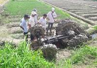 Xe máy cày lao xuống ruộng đè chết người điều khiển