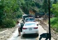 Lào Cai: Kẹt xe kéo dài ở Sapa do mưa lũ