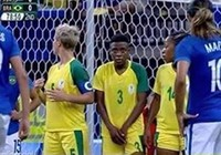 Nữ cầu thủ lấy tay che vùng kín khiến tất cả kinh ngạc