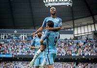 Sterling lập cú đúp, Man City lên đỉnh Premier League