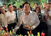 Chủ tịch Hà Nội dạo phố đi bộ, mua tò he tặng du khách
