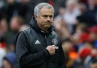Mourinho nâng niu logo MU,nhắc chuyện xưa 'mỉa' Chelsea