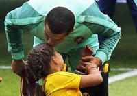 Nụ hôn của Ronaldo làm tan chảy triệu trái tim