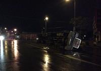 Container lật trong đêm, hàng chục tấn sắt văng ra đường