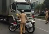 Tài xế từng là thầy giáo vi phạm giao thông rồi bỏ chạy