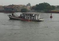 Tàu chìm xuống sông, 5 người may mắn thoát chết