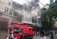 Phá cửa nhà cổ giữa thủ đô để chữa cháy