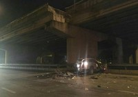 Ô tô rớt trên cầu vượt xuống đất, lái xe tử vong