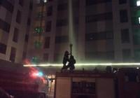 Chung cư cháy giữa đêm, dân bỏ nhà tháo chạy