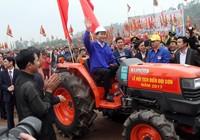 Chùm ảnh: Chủ tịch nước lái máy cày khai lễ Tịch Điền