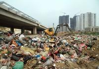Sau một đêm, xuất hiện 'núi' rác khổng lồ ven đường