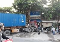 Va chạm giao thông, container lao thẳng vào nhà dân