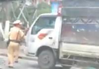 Thực hư clip xe tải ép lùi CSGT để thoát thân