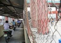 Người dân hào hứng khi đi xe máy qua 'hầm sắt'