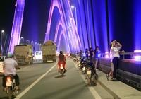 Bất chấp nguy hiểm, người dân lên cầu hóng gió buổi tối