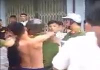 Bị dừng xe kiểm tra, 3 thanh niên lao vào đánh công an