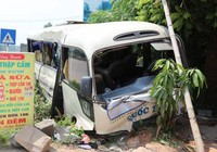 Va chạm với xe tải, 24 người trên xe khách bị thương