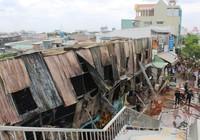 Lửa thiêu rụi dãy nhà trọ trên đường Phạm Văn Đồng