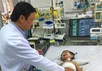 Cắt khối u 1,3 kg trong gan bé gái 2 tuổi