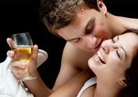 3 cách uống bia hỗ trợ chuyện 'yêu'