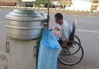 Chuyện người đàn ông trẻ một mình đẩy xe lăn đi tìm vợ già