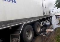 Cụ ông 83 tuổi bị xe tải kéo lê hàng chục mét