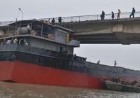 Tàu thủy đâm biến dạng cầu An Thái