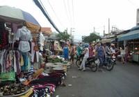 Chợ tự phát 'nuốt' đường đi
