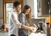 Chia sẻ việc nhà có lợi cho chuyện chăn gối