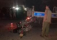 Hai xe máy cắm chặt vào nhau, người tử vong, người nguy kịch