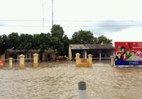 Thủy điện xả lũ, mưa lớn, nhà dân và QL1 ngập nặng