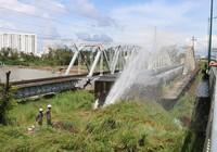 Khắc phục sự cố vỡ ống nước qua cầu Gò Dưa