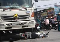 Hai nữ sinh bị kéo lê dưới gầm xe tải