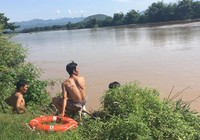 Đi xe bò qua sông, 3 người bị nước cuốn mất tích