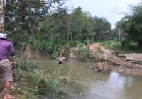 Lũ quét cuốn sập cầu, học sinh qua sông bằng lồng sắt
