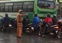 Clip: CSGT đội mưa điều tiết giao thông