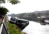 Tài xế thoát chết khi xe khách lao xuống kênh Tàu Hủ